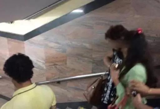印度情侣地铁内拥抱亲热,一群乘客无法忍受竟对其拳打脚踢