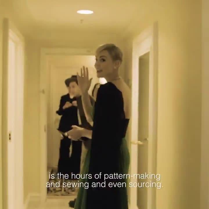 查理兹塞隆出席金球奖穿着Dior的定制礼服,绿色是塞妈自己的主义
