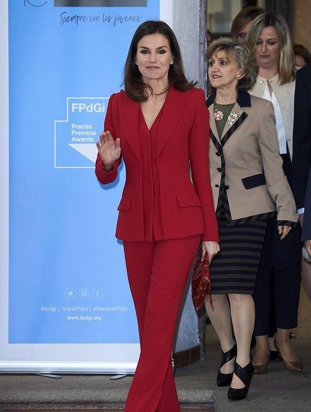 西班牙王后这一身中国红美得过分!搭西柚色口红太惊艳