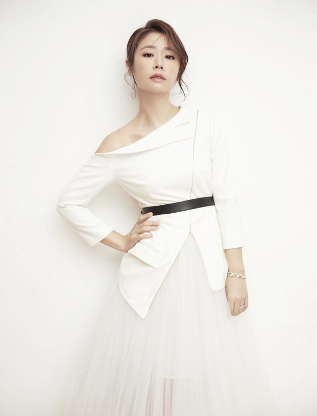 林心如这次真高调,穿亮片红裙罕见秀身材,43岁美成25!