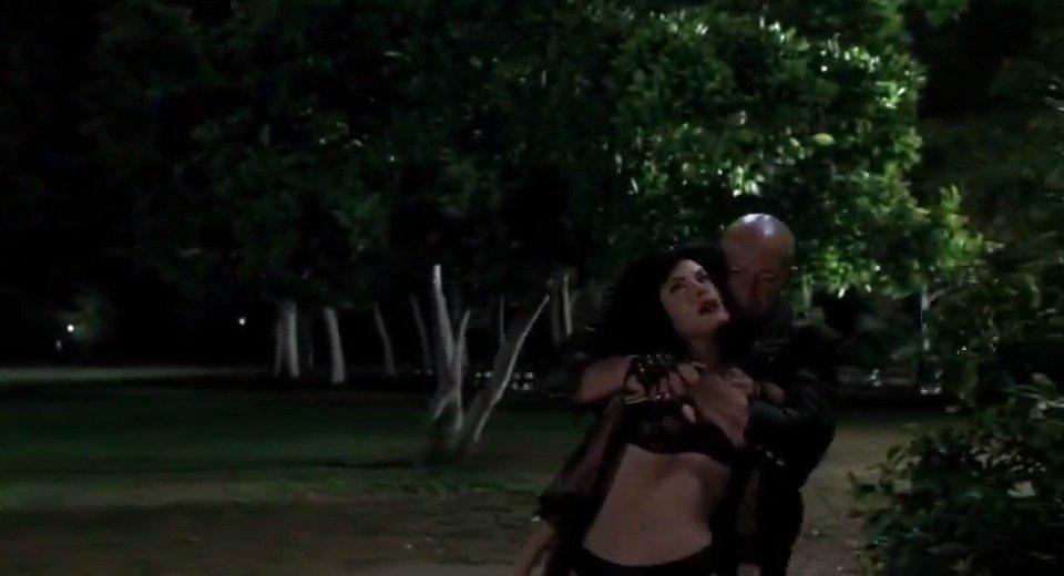 男子对比基尼美女劫色,可还没过几分钟,美女的肚子就被搞大!