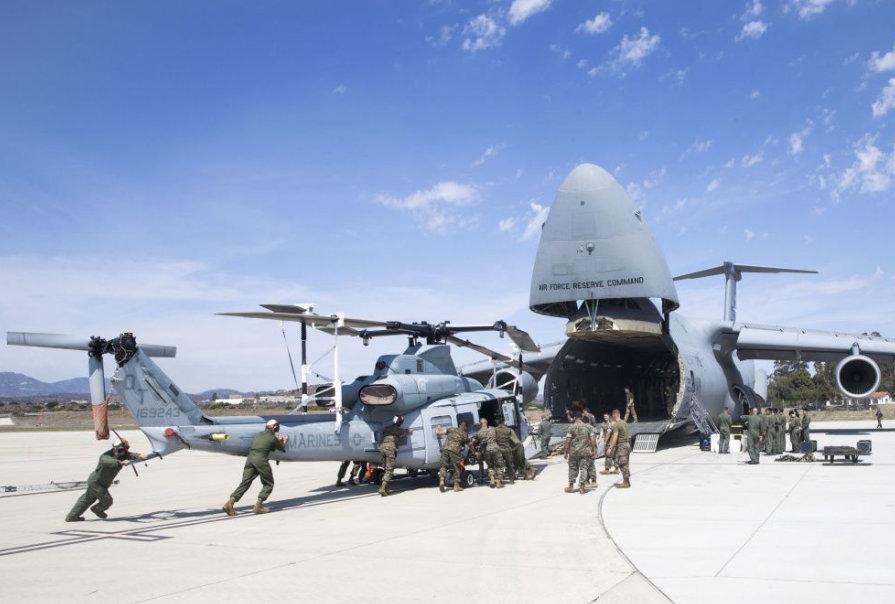 美军用大型运输机运直升机 靠士兵人力推入货舱