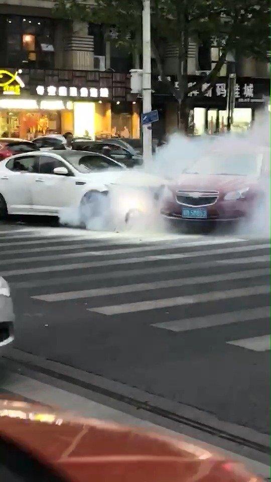 视频:这起亚K5是疯了吗?轮胎都爆了这是要置人于死地?中间还挤了个孩子