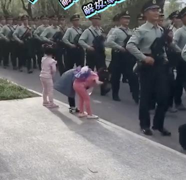 路遇解放军列队而过 3萌娃鞠躬敬礼:叔叔辛苦了!