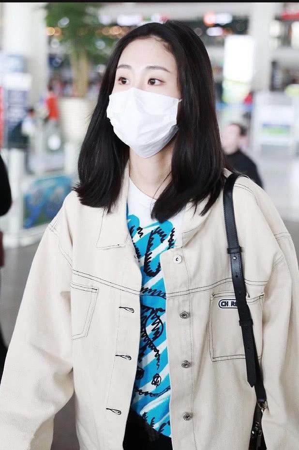 张碧晨身穿白色牛仔外套内搭白色印花T恤 长发披肩打扮时尚清新