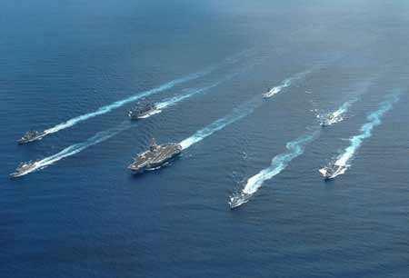 美国加大施压力度,出动双航母,分两个方向包围伊朗