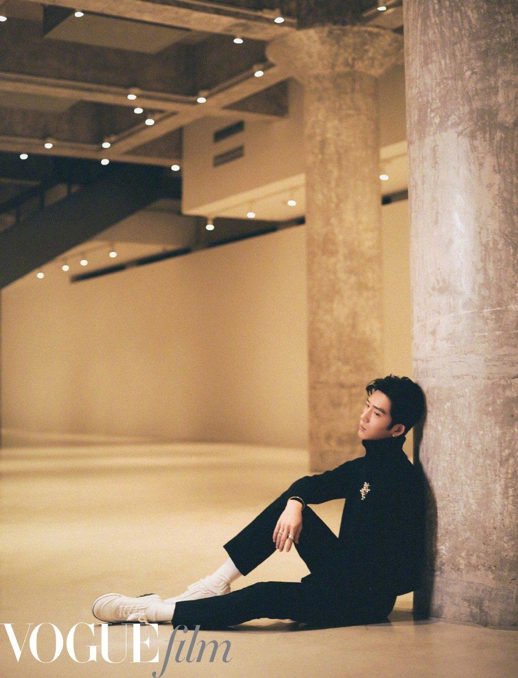 井柏然身着黑色高领毛衣搭配白色运动鞋,利落至简的优雅绅士。