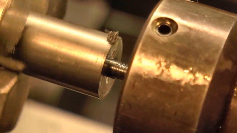 数十万的钟表里的螺丝是怎么做的,答案是纯手工。