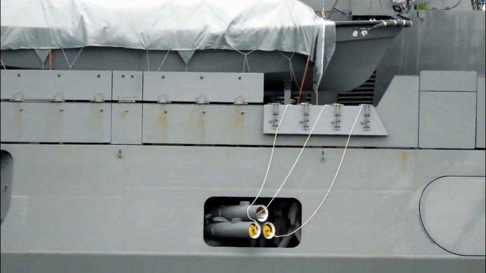 日本摩耶级宙斯盾驱逐舰模拟演练试射反潜鱼雷。