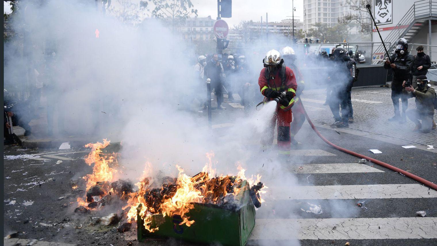 """法国消防员遭""""黄马甲""""抗议者掷石,警方谴责其暴力行为"""