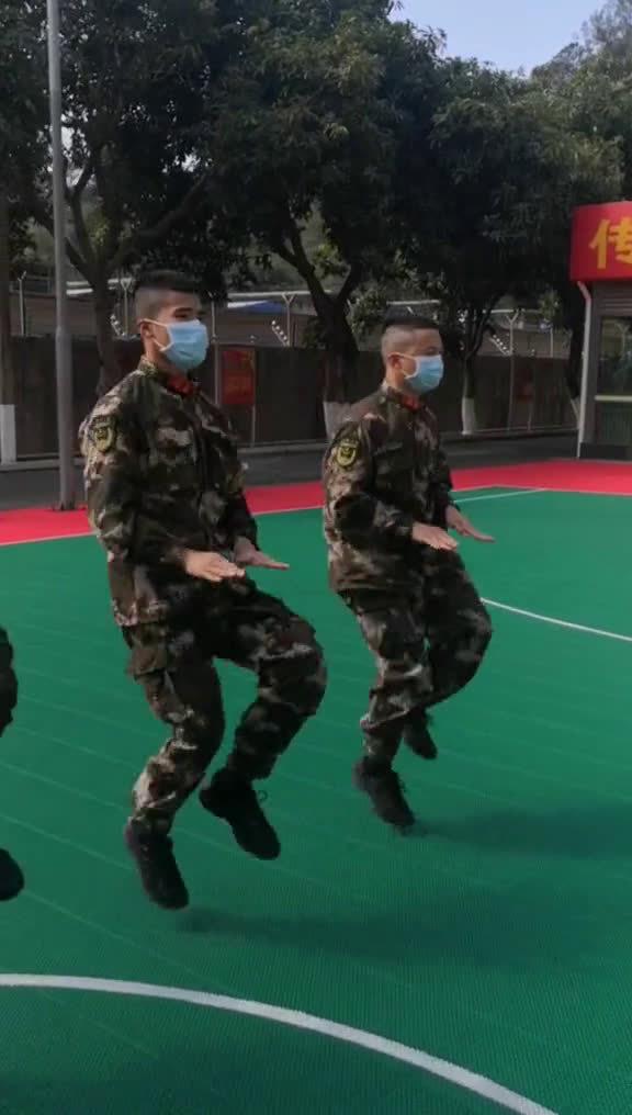 """武警战士教你跳""""防疫健身操""""。别看简单,其实对心肺功能要求很高"""