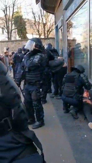警方太暴力还是示威者不老实,法国警察殴打示威者案情扑朔迷离