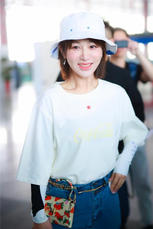 杨紫牛仔配T恤似仙女下凡,链式挎包尽显小心机,清新惹人爱