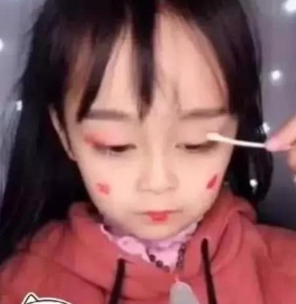小女孩5岁就化妆,化妆用品都用,90后老阿姨表示服情趣教师对的美术作品审美图片