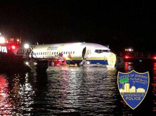 美一架载142人波音客机降落时冲出跑道 滑入圣约翰河