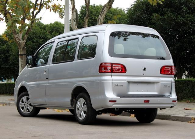 车长5米1,车高近2米,车宽1米7,轴距3米,过弯侧倾很严重