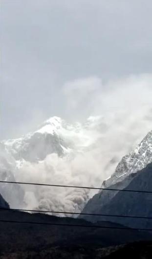 玉龙雪山山体岩石崩塌,局部区域伴随产生尘雾。云南网 图