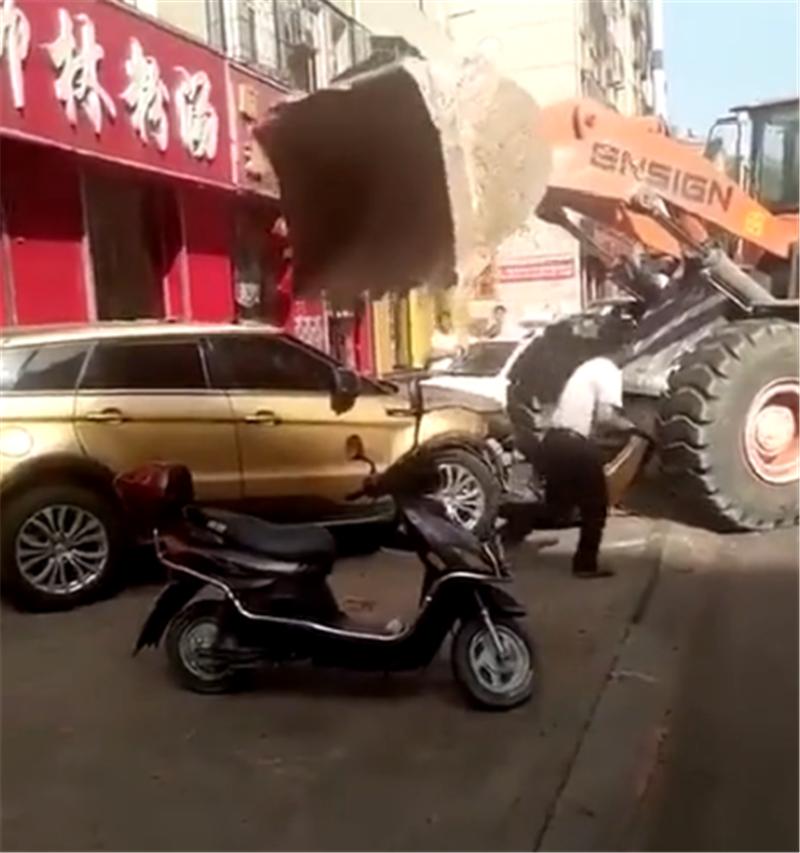 陆风X7怼上铲车,直接遭铲车碾压,车头立马报废,可见国产质量