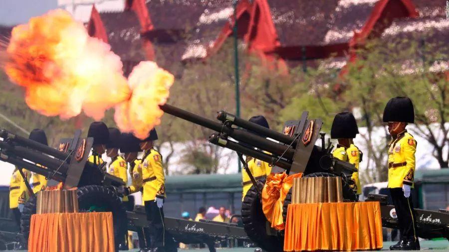 王室卫兵鸣放礼炮庆祝哇集拉隆功登基