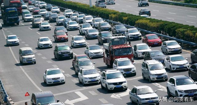 新能源车型很火,为何小长假高速上很少见到?原因出在这里