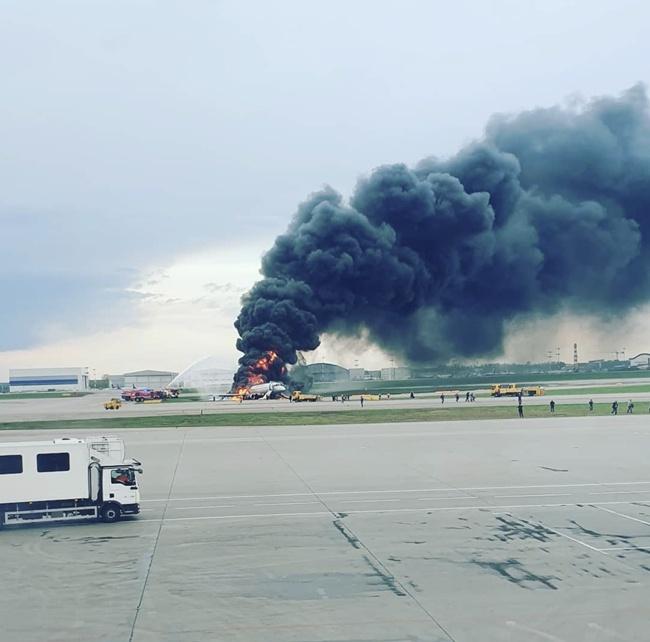俄谢尔梅捷沃机场一飞机迫降后起火 造成1死4伤