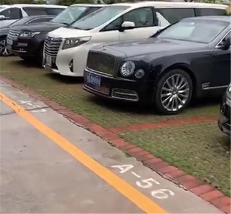 495万宾利现深圳,远看6个8车牌,细看才知这牌值220万!