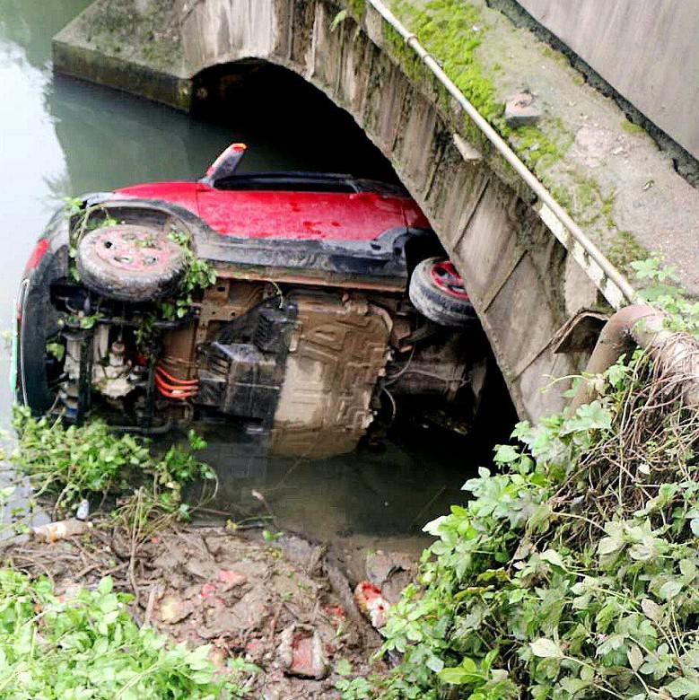 柳州一小车冲下桥坠河里 女司机:反应过来时已掉下桥