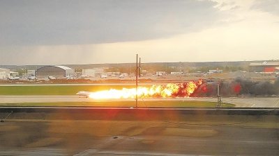 俄罗斯客机紧急降落起火,41人死亡乘客称客机遭闪电击图片