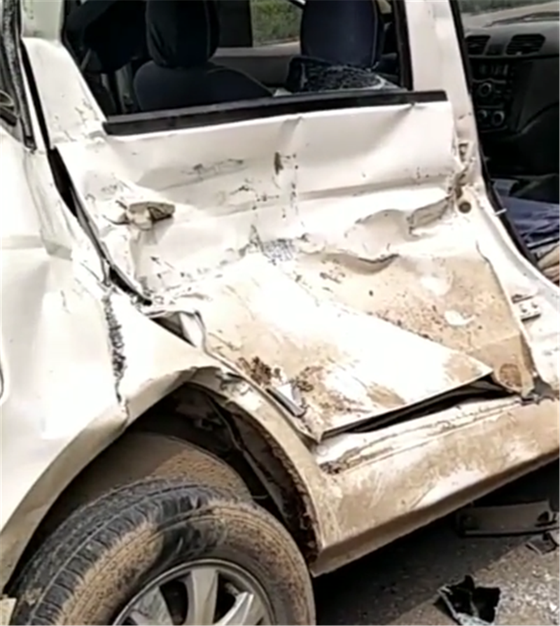 货车撞五菱,致五菱蹭大众,五菱车身报废,但车尾车损情况很意外