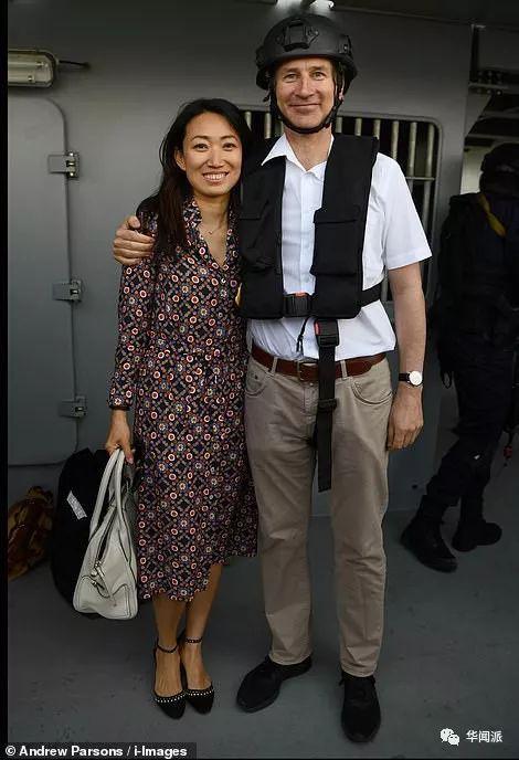 """英国外相夸中国妻子是""""秘密武器""""?顶住英媒压力狂撒狗粮"""