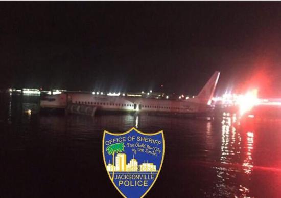 美国一架客机冲出跑道 滑入圣约翰河
