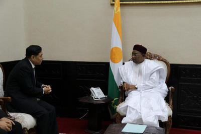 驻尼日尔大使张立军拜会尼总统伊素福