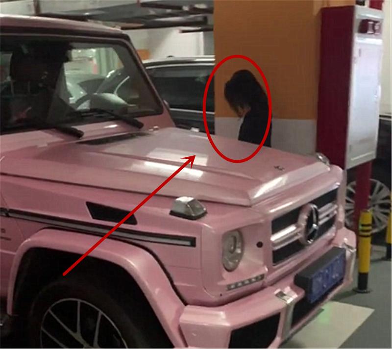 """奔驰现车库,全车贴""""粉色"""",加价75万,女车主背影是亮点"""
