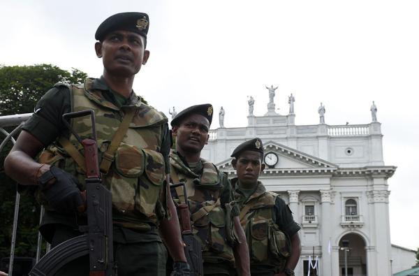 当地时间2019年5月11日,斯里兰卡科伦坡,士兵在圣卢西亚大教堂附近警戒。 视觉中国 图