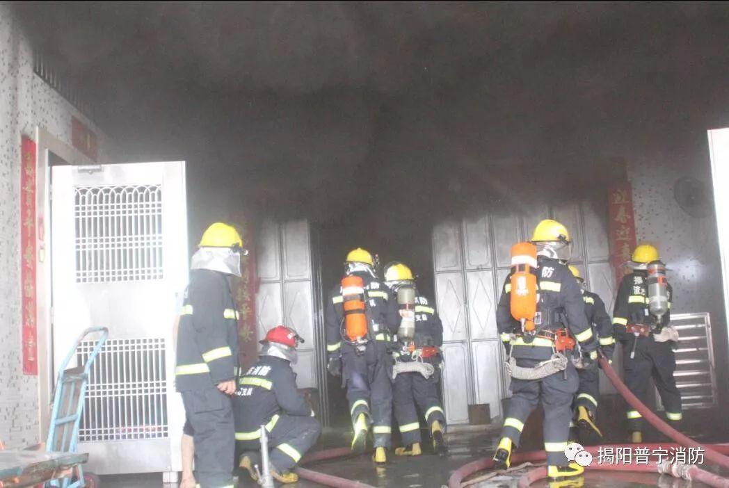 普宁某元素v元素大火有人被困,消防动用包装设计中的点楼房图片
