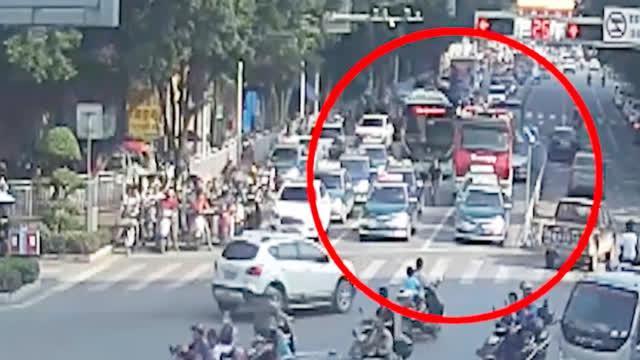 出租车拒绝为救火消防车让路 司机:闯红灯会被罚款