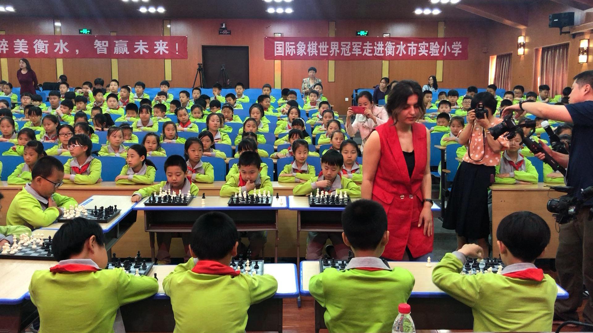 格鲁吉亚美女棋手霍特纳什维利指导衡水实验小学的小棋手们 ()