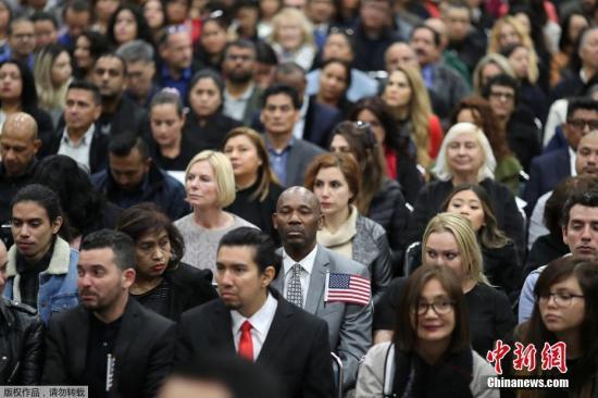 資料圖:當地時間2018年12月19日,美國洛杉磯,來自100多個國家的6000多名移民參加入籍儀式。