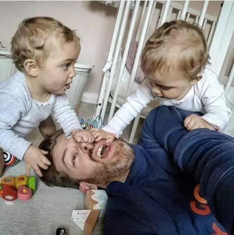 痛并快乐着,一个爸爸晒出了他和四个女儿的生活……