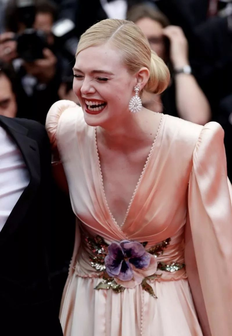而她是本届戛纳电影节的评委之一,电影也是年龄最小的评委.v评委和同时一起看的妈妈图片