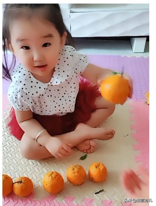 六個橘子讓女兒分給五個人,卻分給了二哥兩個,網友:寶寶會辦事