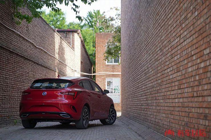 中国最美两厢家轿又出新款,省油、省心,还很好开!【试驾】