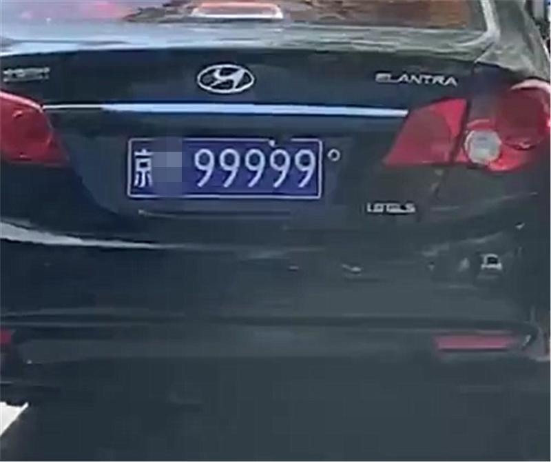 """最""""贵""""现代伊兰特,车价仅10万,却挂310万牌,牌比车还贵"""