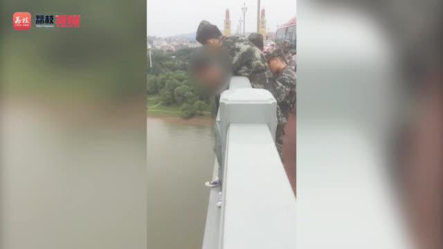 临危一刻 !南京长江大桥上武警救下一名欲轻生者