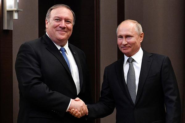 5月14日,在俄罗斯索契,俄罗斯总统普京(右)与来访的美国国务卿蓬佩奥握手。新华社 图