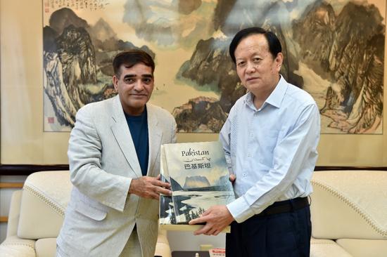 人民日报社社长李宝善会见巴基斯坦《每日邮报》社长兼总编辑马克东·巴伯一行