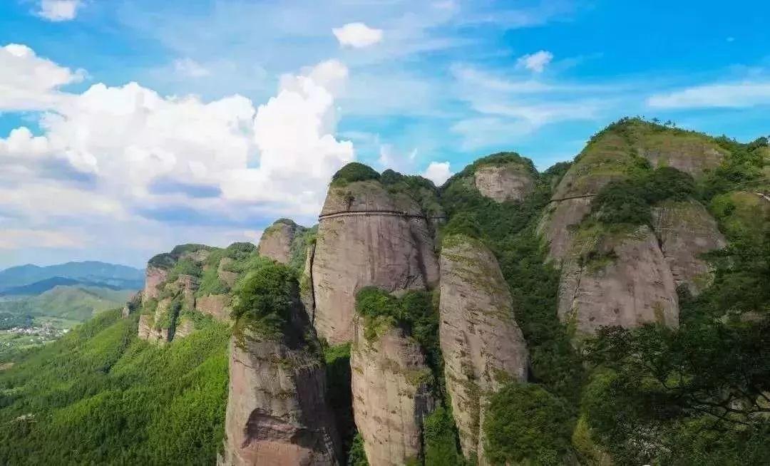 惊险  一游客在赣州武当山景区一线天出突发疾病!
