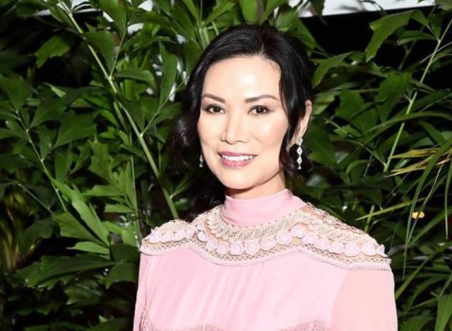 邓文迪穿粉嫩花裙与世界首富同台,50岁的她离婚后状态回到巅峰