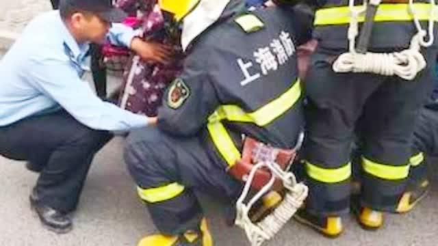 5岁女童脚卡电瓶车危急时刻消防官兵紧急救援