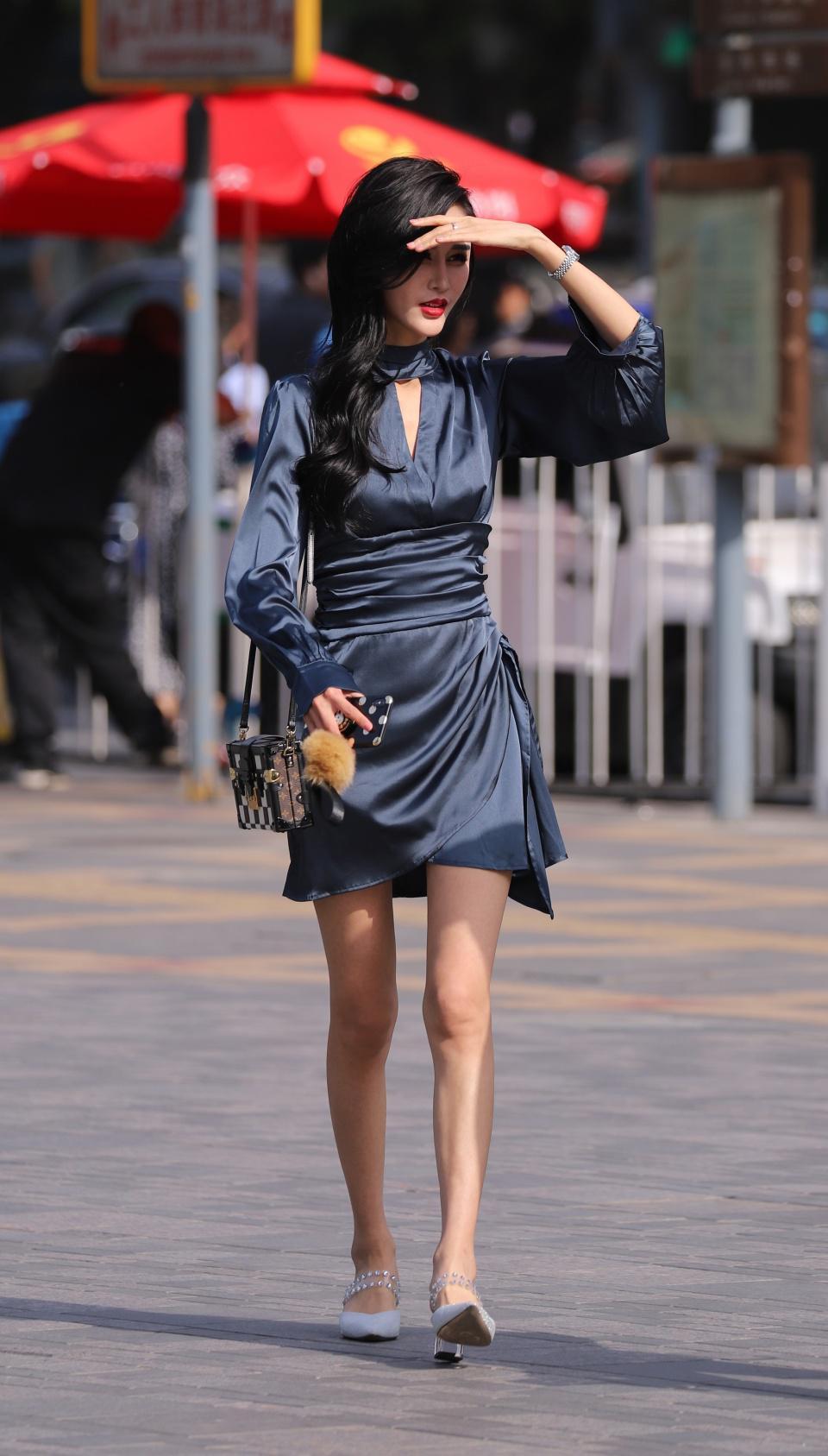 街拍:小姐姐的衣服很丝滑,举手投足都很迷人
